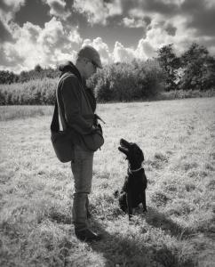 Erik Aalund med Labradoren Scott